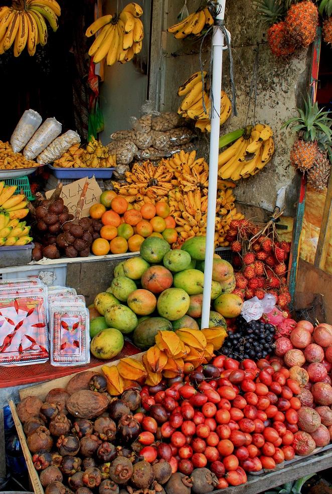 Ein Marktstand mit frischen Früchten, die es überall zu kaufen gibt.